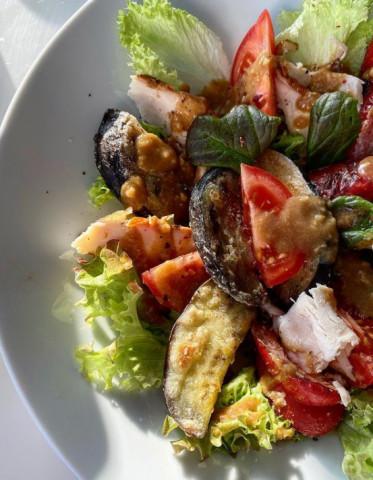 Тёплый салат с копчёной курицей, баклажанами и перцами