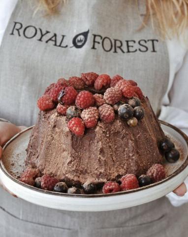 Кекс с шоколадной начинкой и ягодами