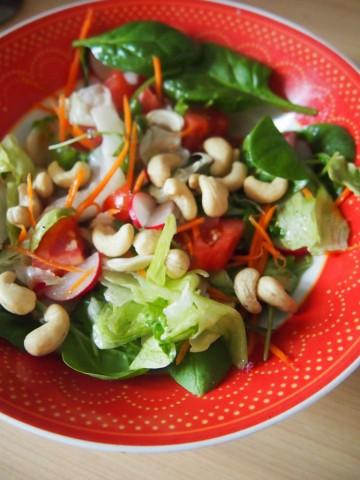 Салат из зеленого салата со шпинатом, овощами и орехами