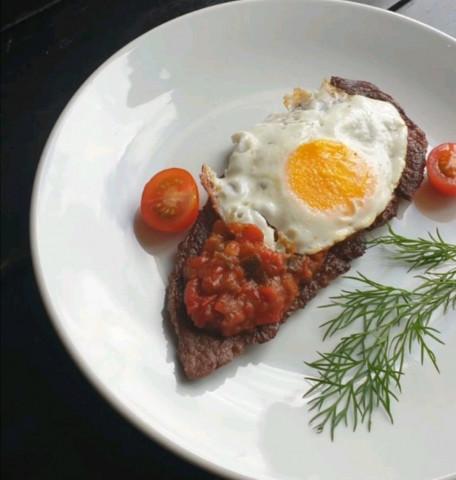 Денвер стейк с яйцом и томатной заправкой