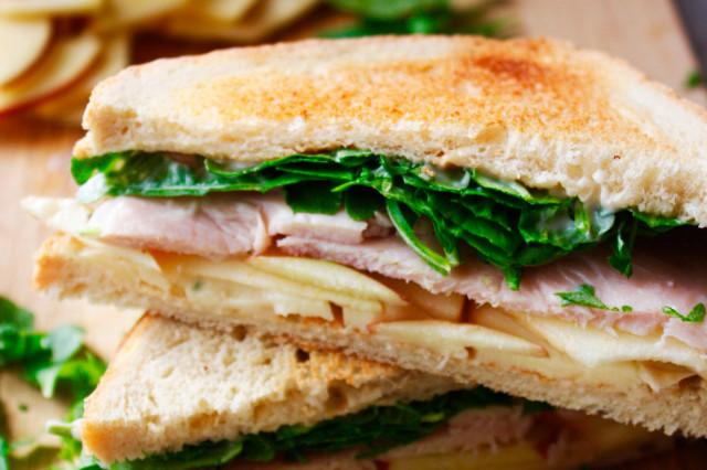Сэндвич с индейкой и яблоком