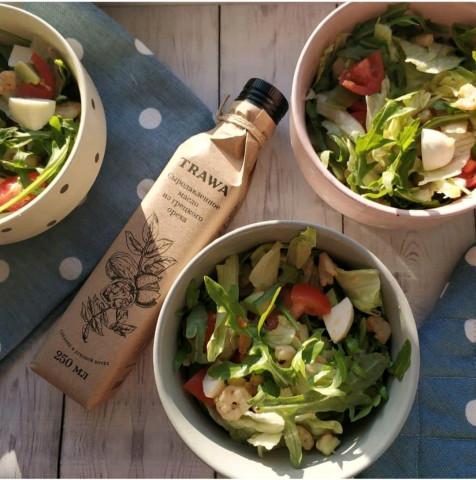 Салат с рукколой, креветками и моцареллой