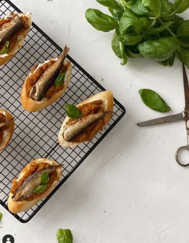 Бутербродики с кабачковой икрой и шпротами