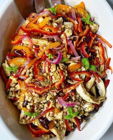 Салат с курицей , фасолью и грецкими орехами