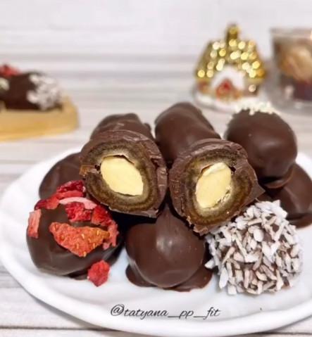 Финики с миндалем в шоколаде