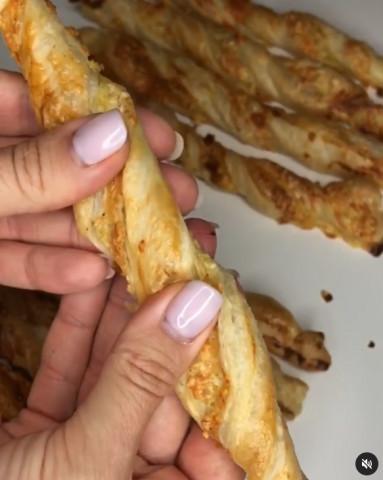 Слоеные палочки с сыром и беконом