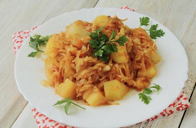 Картофель, тушеный с капустой, кореньями и луком