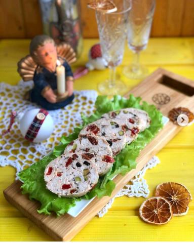 Куриный рулет с оливками, вялеными томатами и фисташками