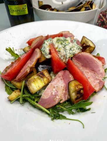 Тёплый салат с баклажанами , розовыми томатами и копченой уткой