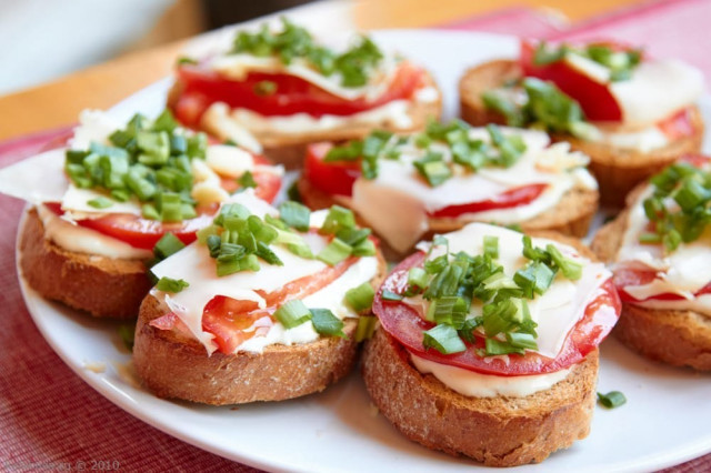 Бутерброд из урбеча и овощей