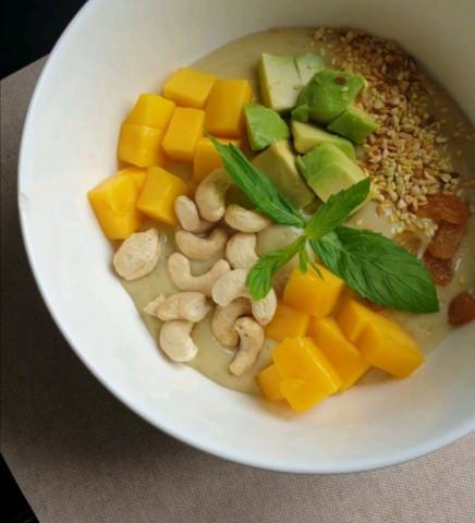Смузи боул с манго и овсяным молоком