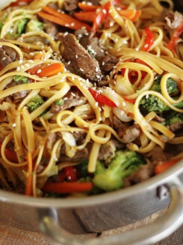 Лапша по-азиатски с говядиной и овощами