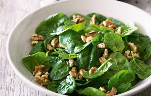 Салат из шпината с яйцами и орехами