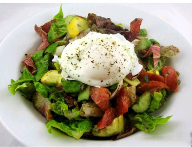 Салат с яйцом пашот и моцареллой