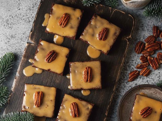 Брауни с солёной карамелью, пеканом и маслом какао