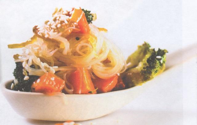 Корейская жаренная лапша с овощами