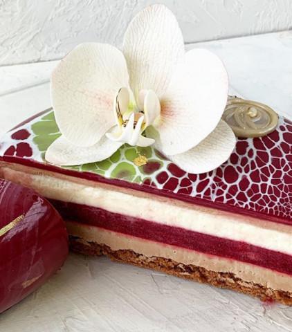 Торт с конфи из вишни и легким муссом на молочном шоколаде