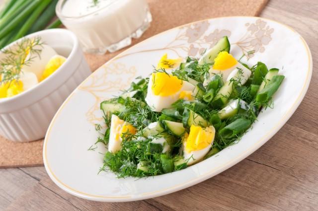 Салат из кабачков с зеленью и яйцами