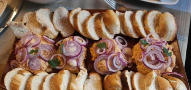 Немецкая закуска с хлебом, с сыром и красным луком