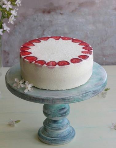 Торт со сметанным муссом и клубничным конфи