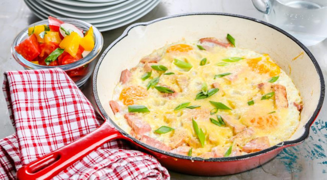 Фриттата с колбасой и сыром