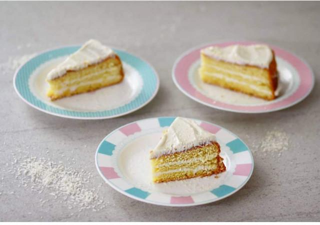 Бисквитный торт с кокосовой пропиткой и кремом из маскарпоне
