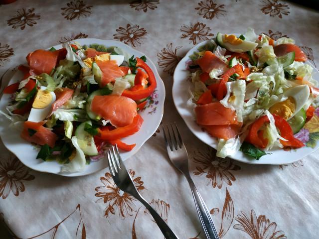 Салат с слабосоленой форелью
