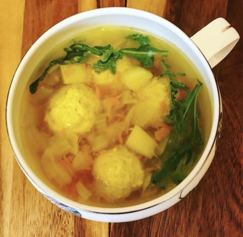 Очень вкусный, насыщенный суп с фрикадельками из индейки и овощами