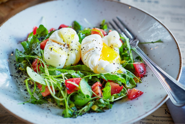 Рецепт салата с авокадо и яйцом пашот