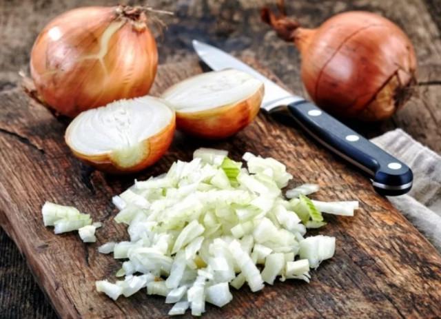 10 способов почистить лук без слез