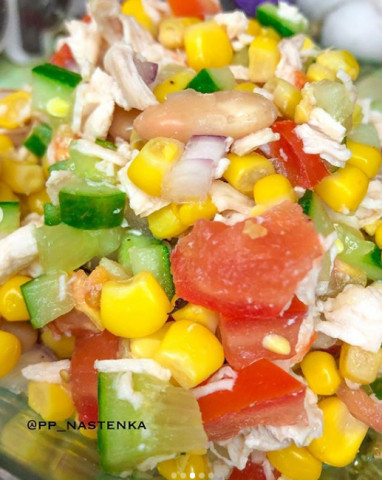 Салат с овощами и куриным филе