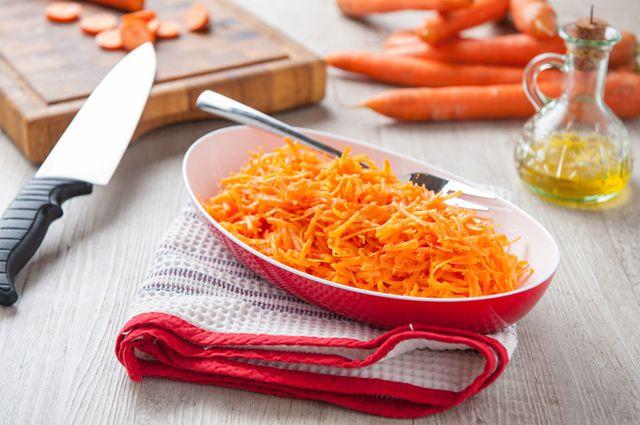 Тертая морковь с сахаром и сметаной