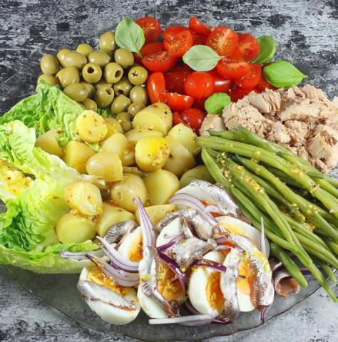 Овощной салат с тунцом и анчоусами