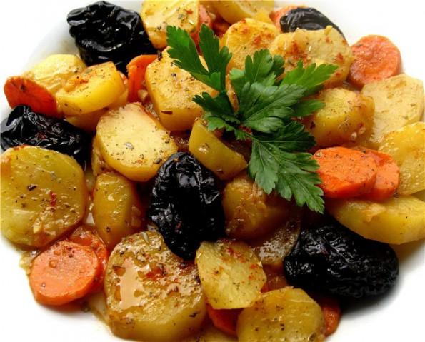 Картофель, тушенный с черносливом