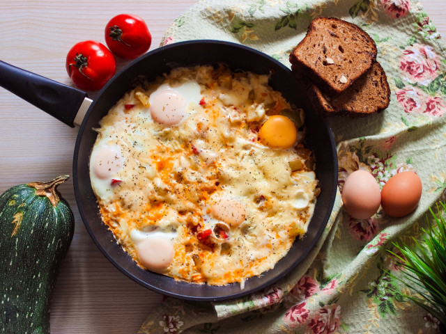 Кабачок с томатами под яйцом