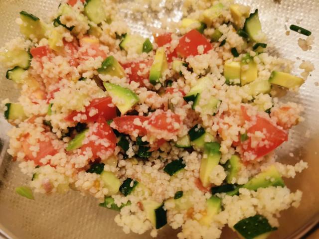 Салат из кускуса с авокадо