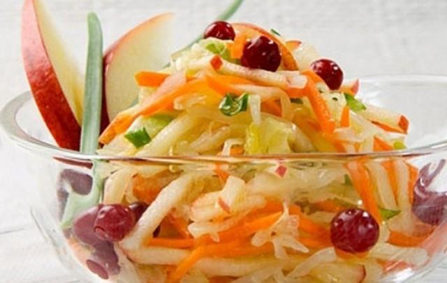 Салат из белокочанной капусты с овощами и фруктами