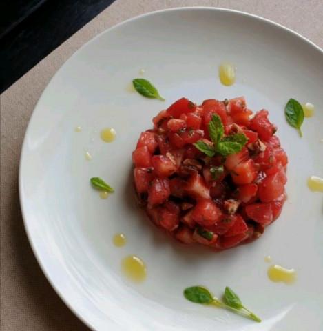 Тар-тар из томатов и клубники с пеканом