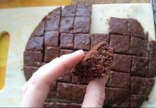 Шоколадный торт с вишней и сметанным кремом без глютена - фото приготовления рецепта шаг 10