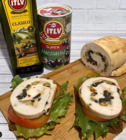 Куриный рулет с маслинами и оливками