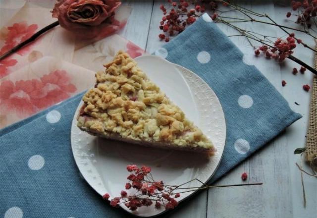 Безглютеновый тертый пирог с клубникой и творогом