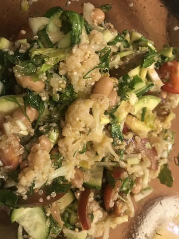 Салат с белой фасолью, цветной капустой и киноа