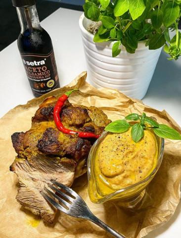 Голень индейки в маринаде карри с соусом из запечённых овощей