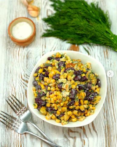 Салат из фасоли, кукурузы, зелени и сухариков🥙