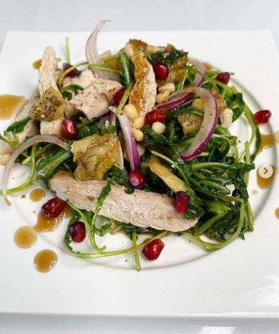 Салат с запечёнными баклажанами, сочным куриным филе под мармеладной заправкой