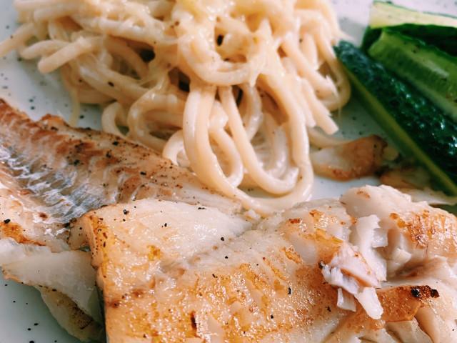 Жареный минтай с отварными спагетти