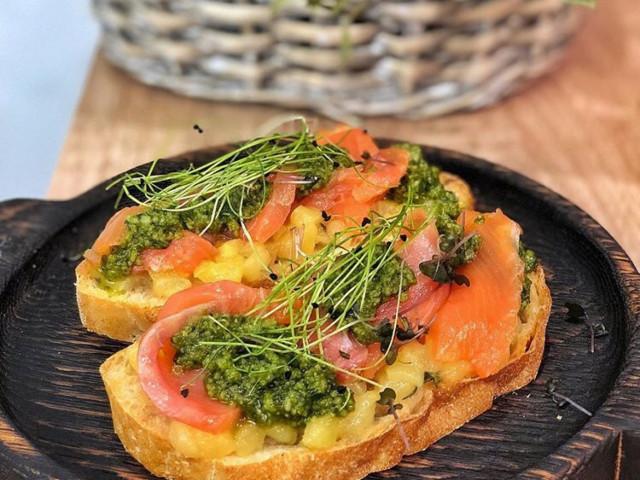 Бутерброд с грушей и лососем