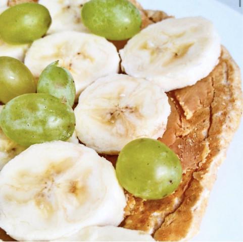 Овсяноблин с арахисовой пастой и фруктами