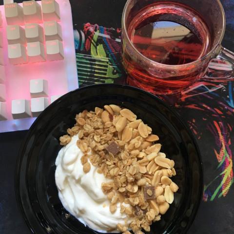 Греческий йогурт с гранолами и орехами