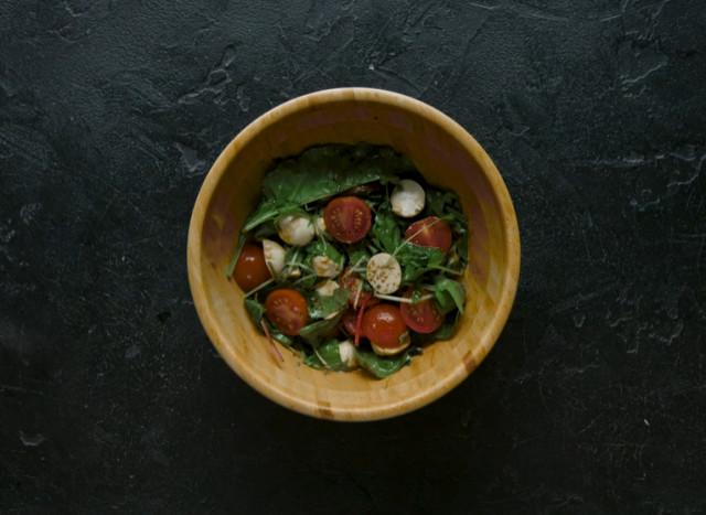 Салат моцарелла с помидорами черри